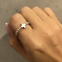 Pierścionek ze srebra z krzyżykiem z kamienia