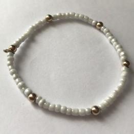 Bransoletka z biało-perłowych koralików i złotych kulek 9K 06G