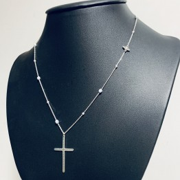 Naszyjnik z grawerowanym krzyżem i lilijką