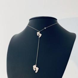 Naszyjnik ze stópkami na zwisającym łańcuszku złoto 9ky